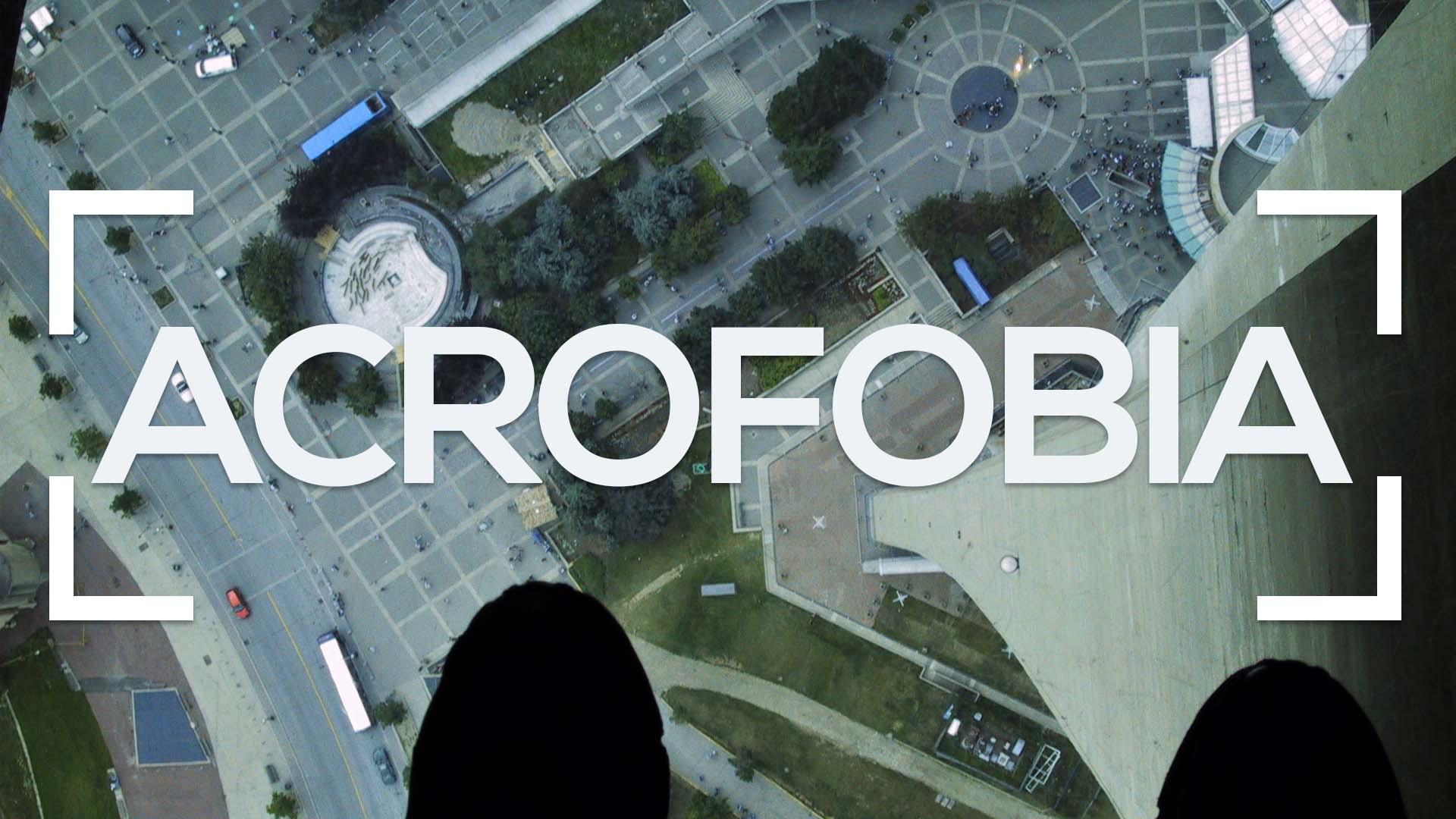 Se muestra unos pies sobre una plataforma de cristal a gran altura y la palabra acrofobia