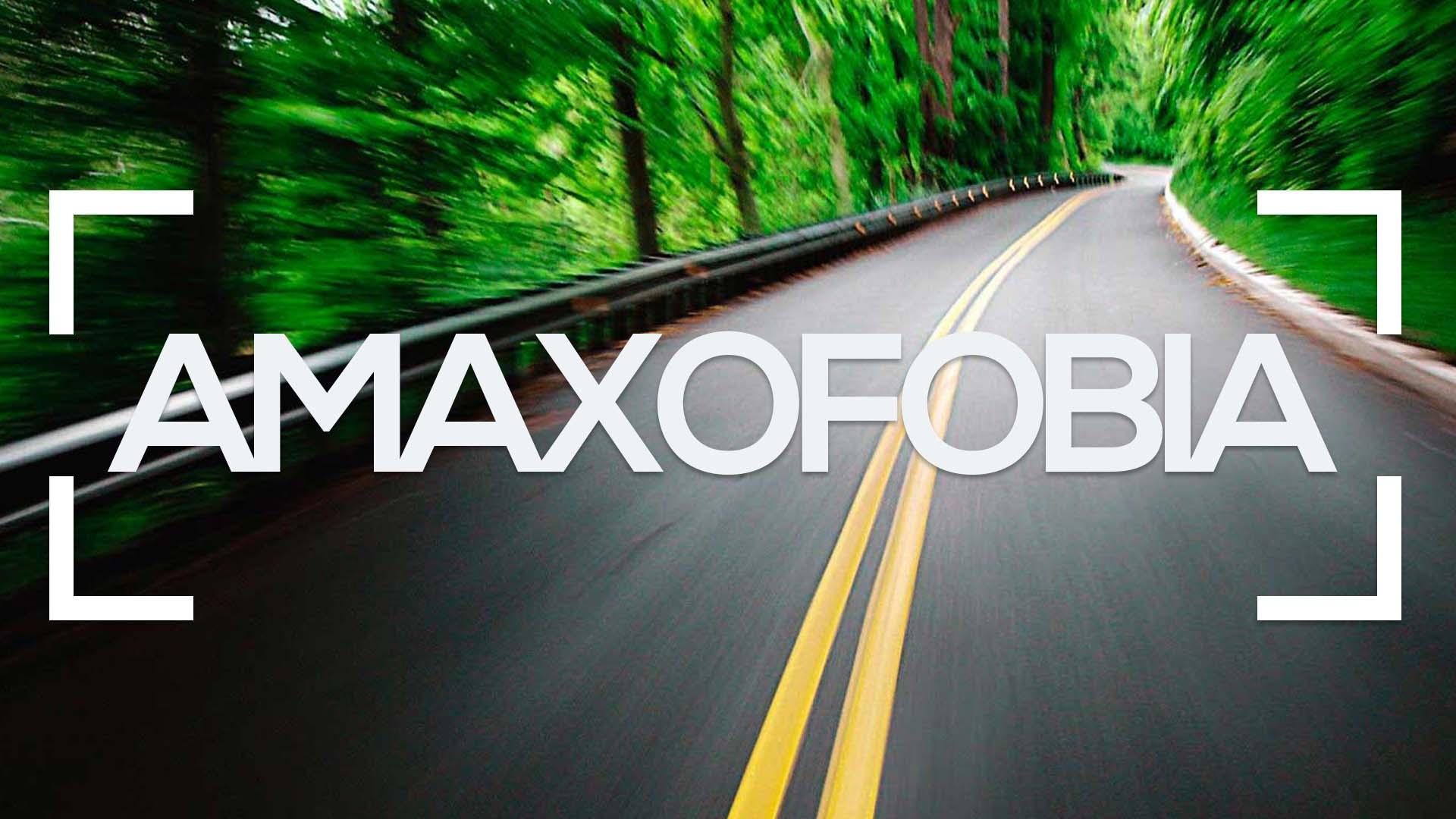 Se muestra una carretera con curvas en una montaña y la palabra amaxofobia