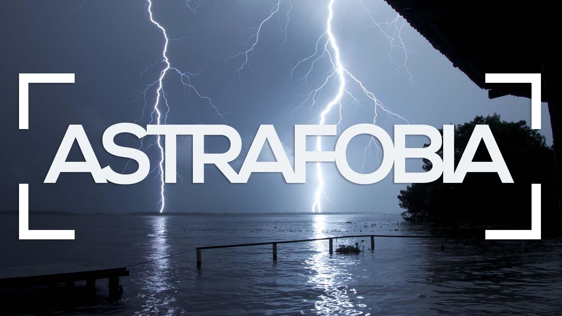 se muestra la caida de un rayo sobre el mar y la palabra astrafobia