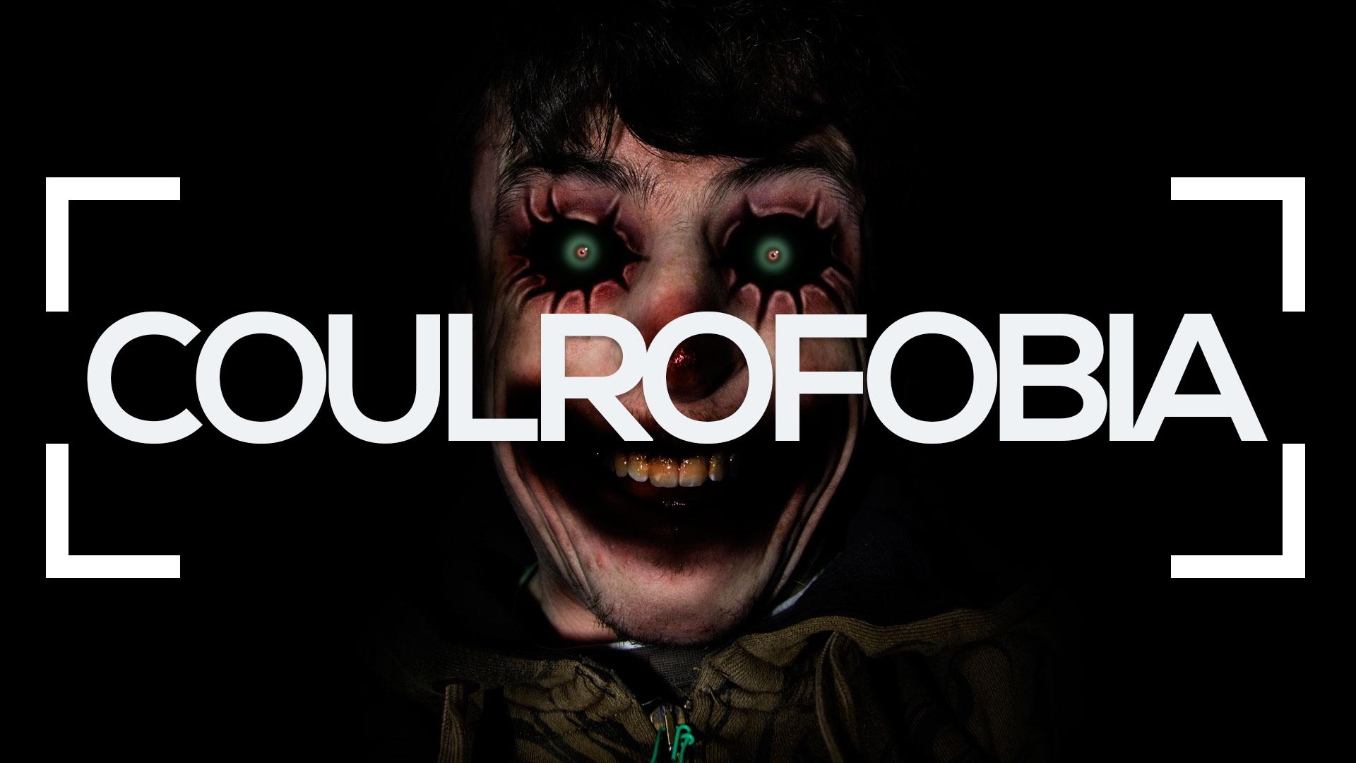Se muestra un payaso sonriendo en la oscuridad y la palabra coulrofobia
