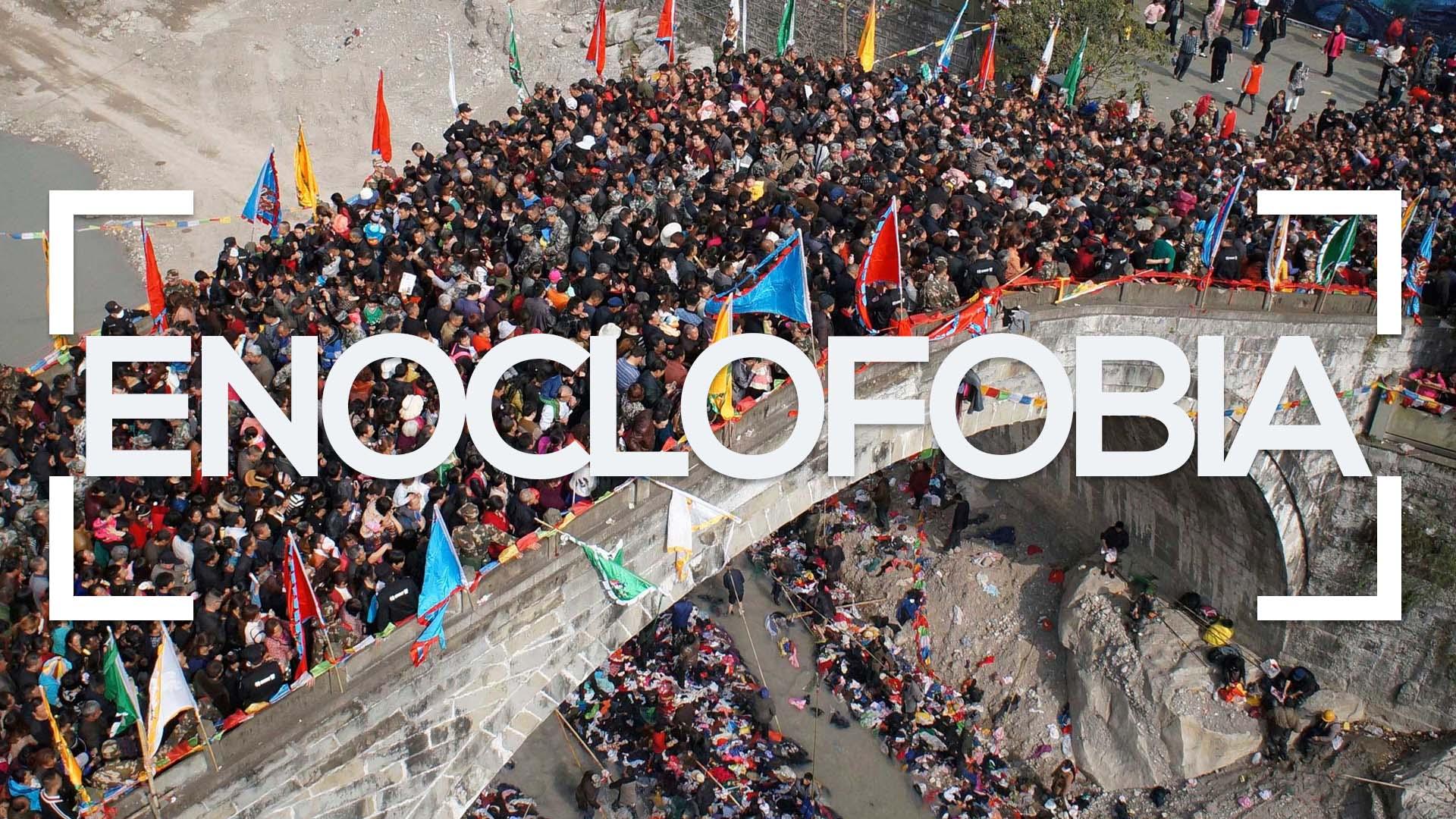 Se muestra un puente de piedra plagado de gente y la palabra enoclofobia