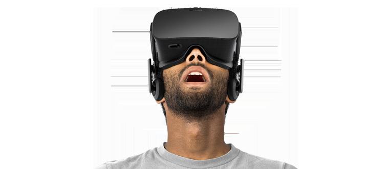Hombre adulto con unas Oculus rift puestas e impresionado con lo que está viendo